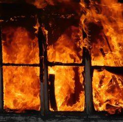 Мужчина спас девушку при пожаре через окно