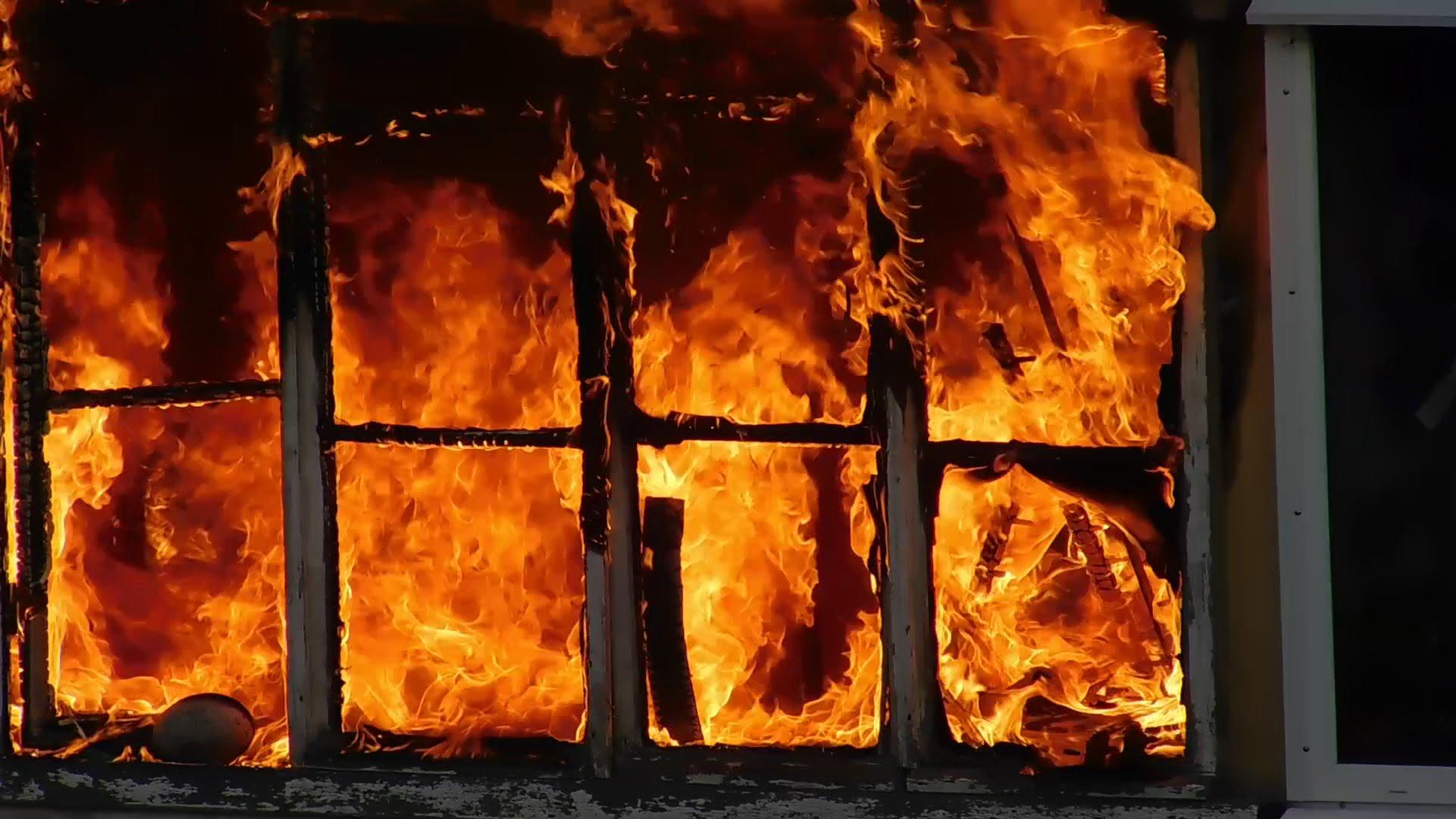 Мужчина спас девушку при пожаре, вытащив за руки через форточку